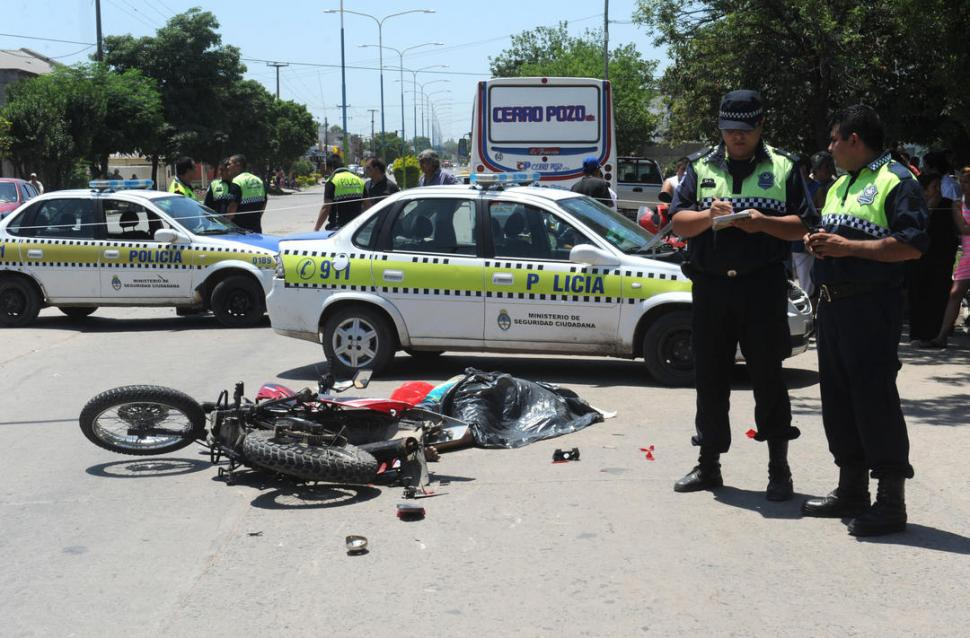 UNA ESCENA QUE SE REPITE. Una inmensa mayoría de los accidentes de tránsito en Tucumán están protagonizados por motociclistas que no usan casco.  la gaceta / foto de Antonio Ferroni (archivo)