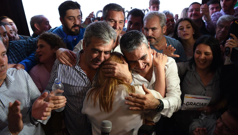 FESTEJO DE CAMBIEMOS. Alfaro y Cano abrazan a Beatriz Ávila tras las elecciones del domingo. LA GACETA / DIEGO ARÁOZ