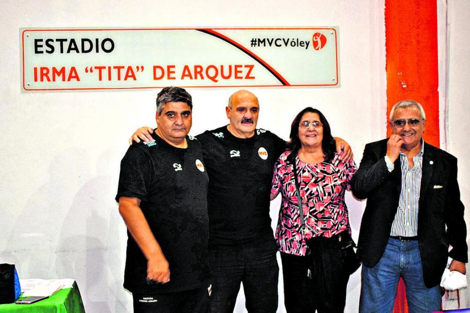 """ORGULLO. Luis, """"Manolo"""", Cecilia y Carlos, hijos de la gran colaboradora del club."""