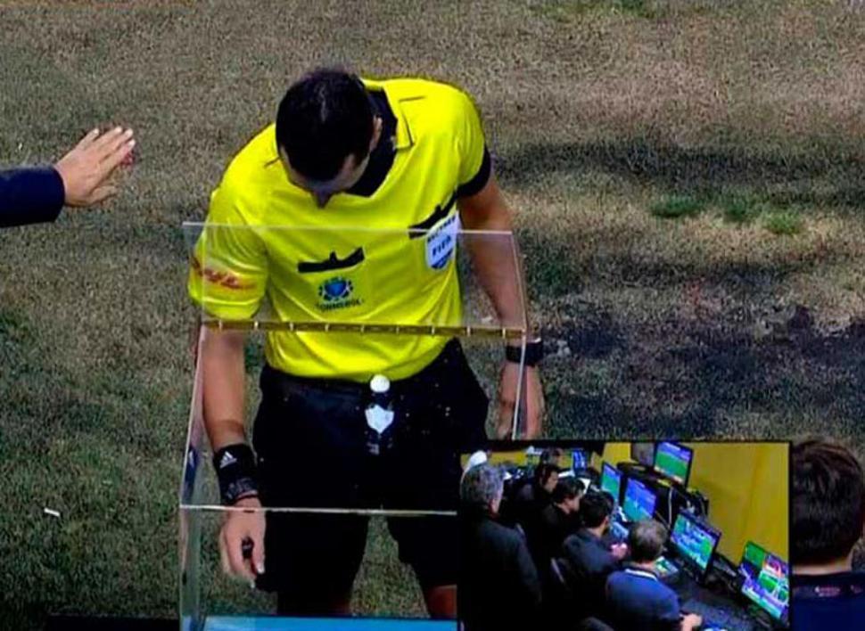 El uso del sistema VAR  quedó en el ojo de una tormenta en el fútbol