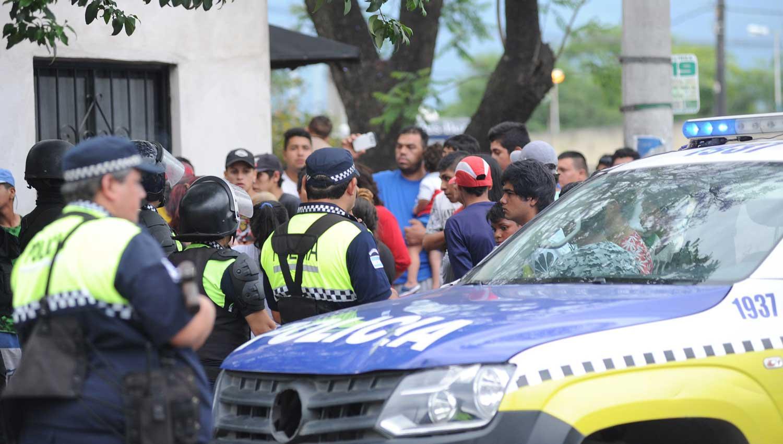 Los familiares de Herrera se agolpaban en el lugar exigiendo explicaciones. LA GACETA/FOTO DE HÉCTOR PERALTA