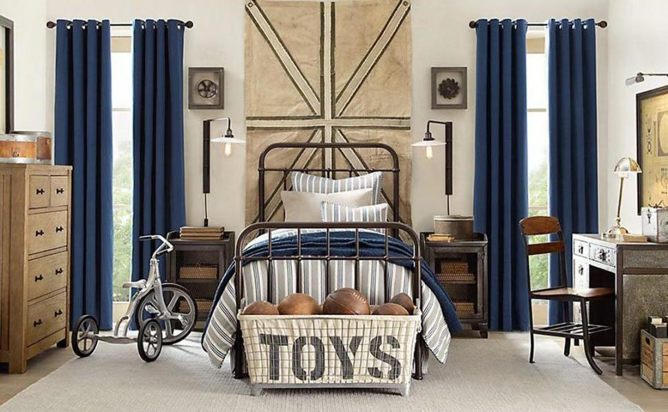 PARA EL DORMITORIO. Cama de hierro y muebles de madera sin lustre son característicos de este estilo.