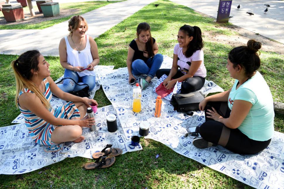 DE ESTRENO. Las tardes de mate en la plaza San Martín son parte del ritual de los estudiantes universitarios. LA GACETA / FOTO JOSE NUNO.-