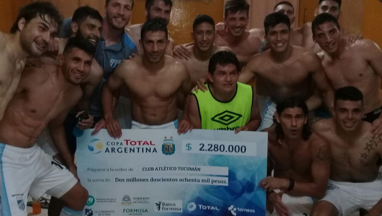 EN EL VESTUARIO. Los jugadores festejaron con el premio. (ESPN)