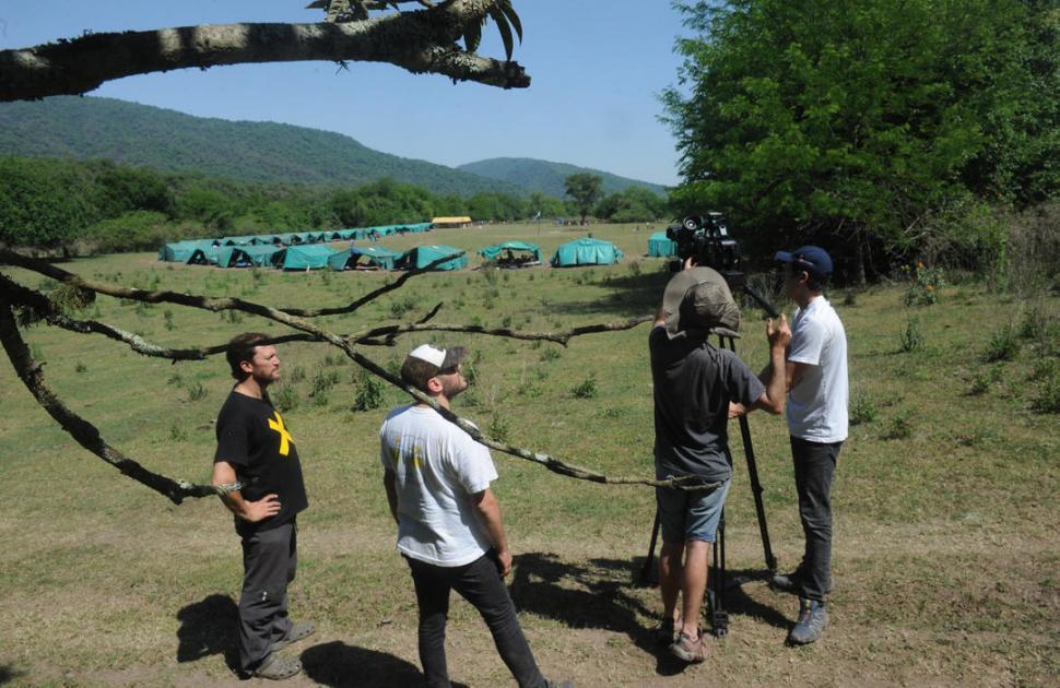 GRABANDO. Benjamín Ávila, productor general, y Martín Falci, director, coordinan al equipo de filmación en la zona de Potrero de las Tablas. LA GACETA / FOTOS DE ANTONIO FERRONI.-