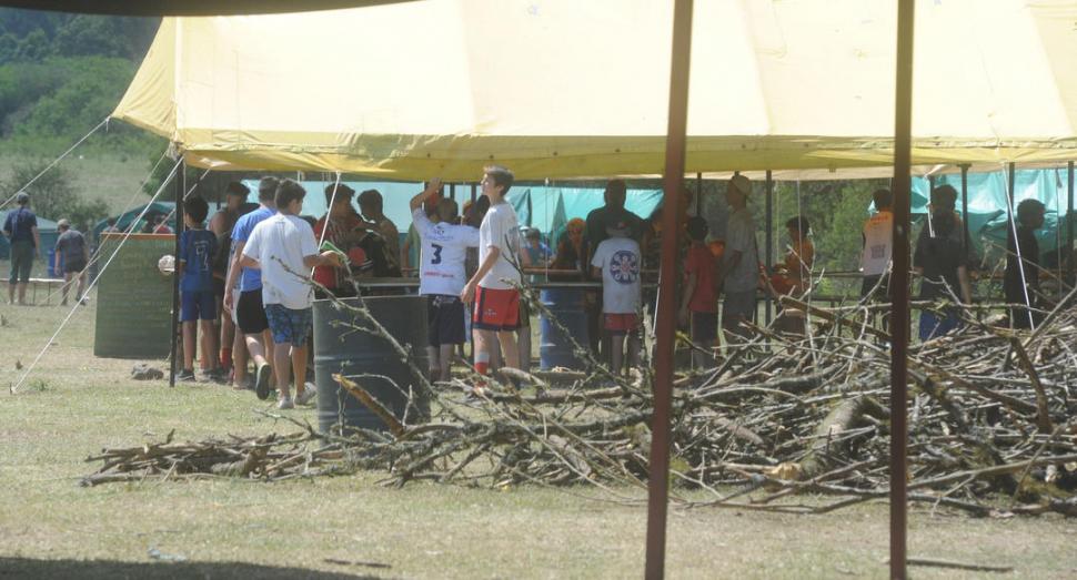 LEÑA PARA EL FUEGO. Hay 50 carpas para unos 420 estudiantes.