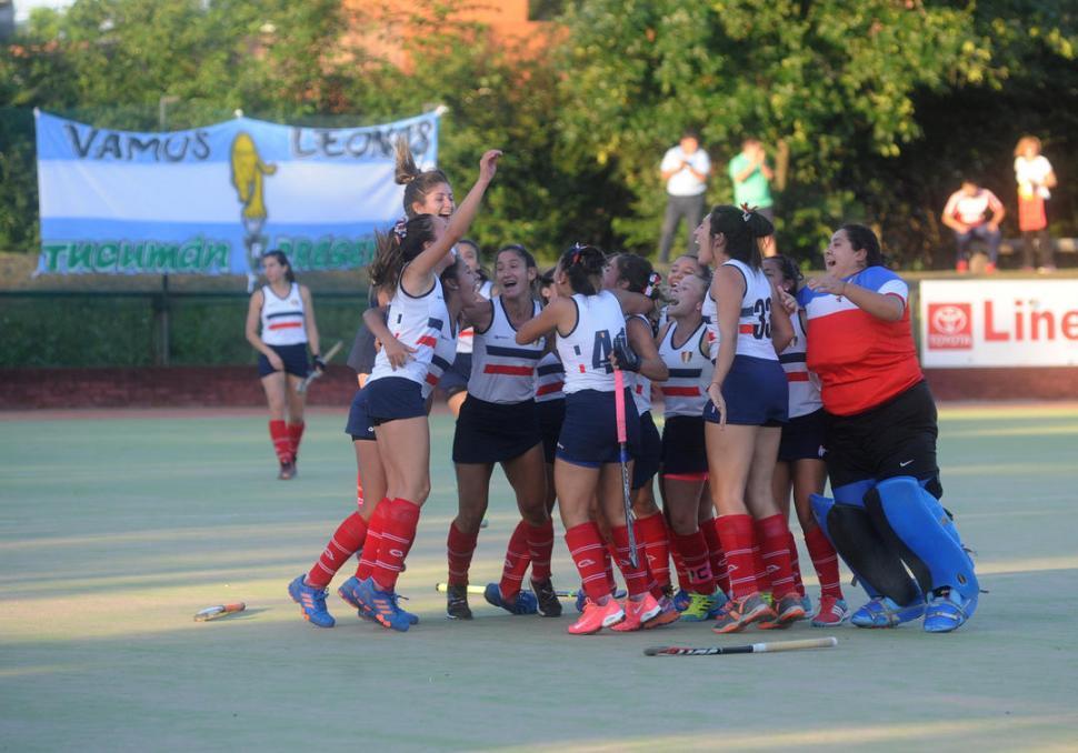 EUFORIA. Julieta Scarso (derecha) recibe el abrazo de una de sus compañeras al marcar el primer tanto. la gaceta / foto de Antonio Ferroni