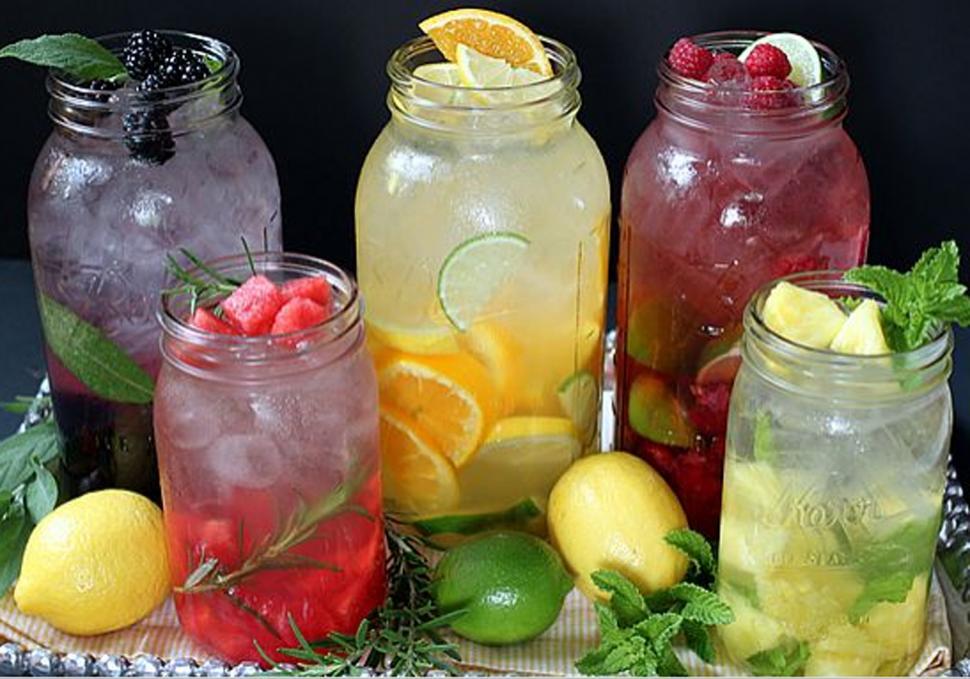 Cinco aguas saborizadas caseras para refrescarte en estos días de calor intenso