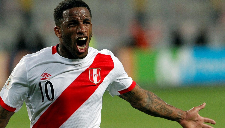 EL SUEÑO. Farfan abrió el marcador para el delirio de los aficionados peruanos. REUTERS