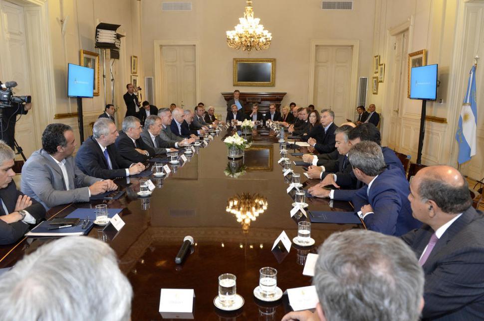 EL MOMENTO FINAL. Luego de largas negociaciones, Macri y los representantes de 23 provincias sellaron en la Casa Rosada los puntos del Pacto Fiscal. dyn