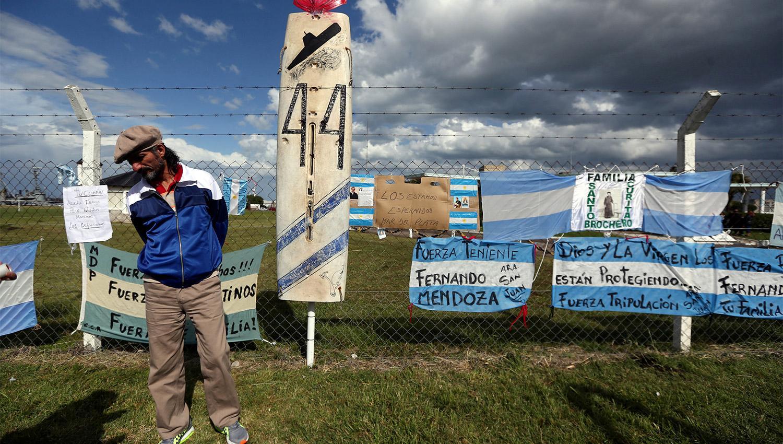 ANGUSTIANTE ESPERA. Familiares y transeúntes llenaron de mensajes esperanzadores la entrada a la Base Naval en Mar del Plata. REUTERS