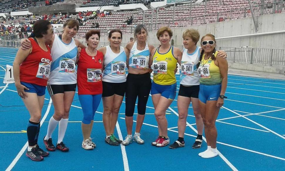 PARTE DEL PLANTEL. Las deportistas tucumanos brillaron en la pista y campo. foto de susana delarosa