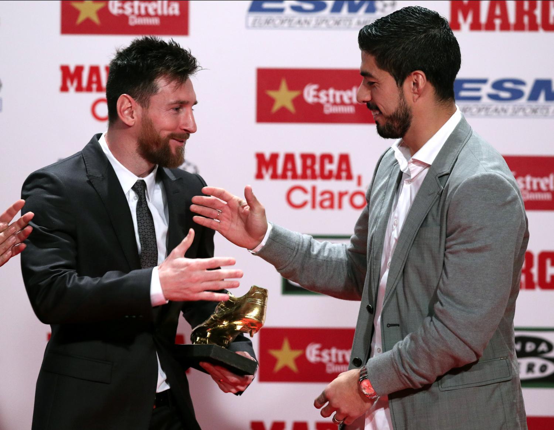 Luis Suárez había ganado la Bota de oro en la edición anterior y le entregó el premio a su sucesor y amigo, Leo Messi. REUTERS