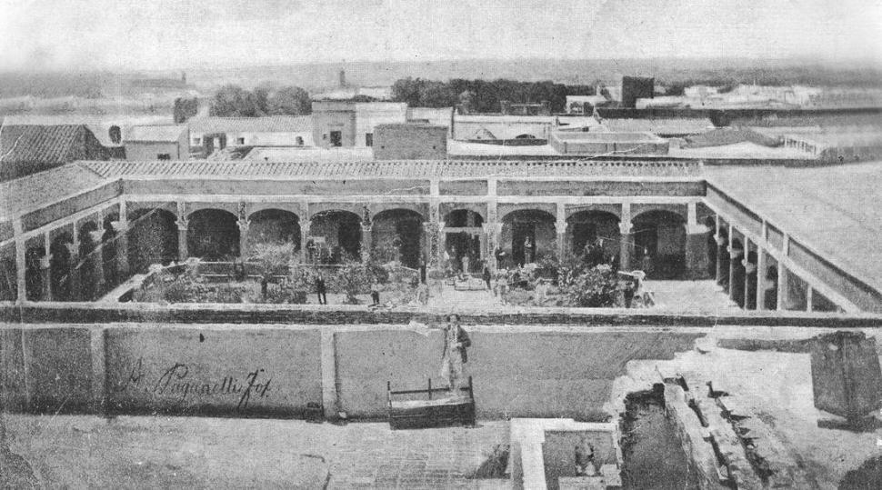 PATIO DEL NACIONAL EN 1870. Una fotografía de Ángel Paganelli registra una vista del primitivo local, que hoy ocupa la Escuela Sarmiento.