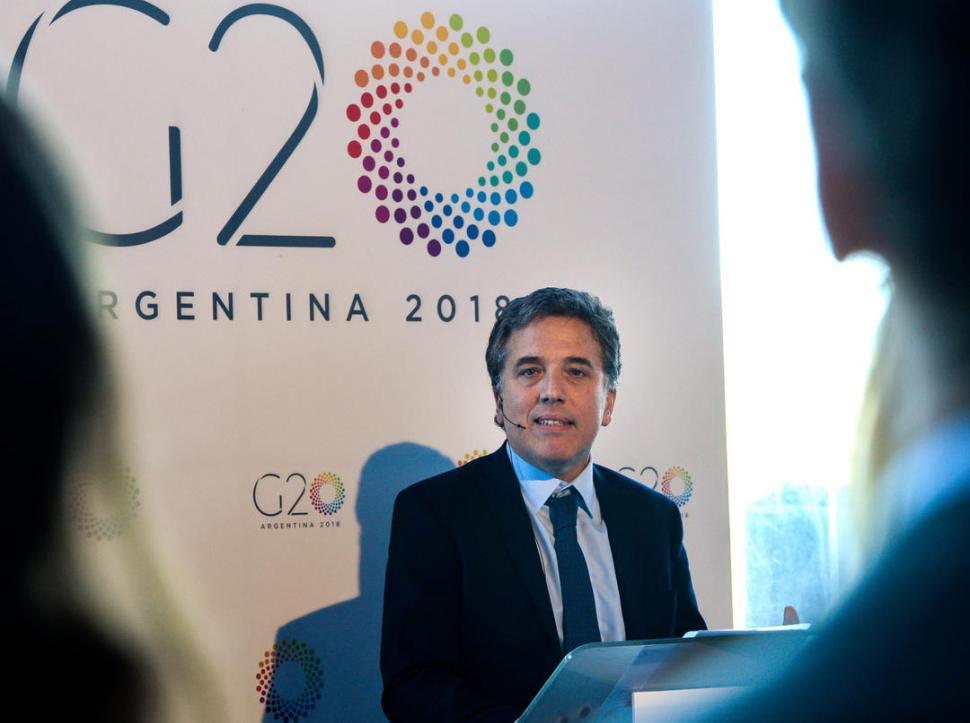 ANFITRIÓN. Dujovne, ministro de Hacienda de la Nación, preside el encuentro con sus pares en Bariloche. telam