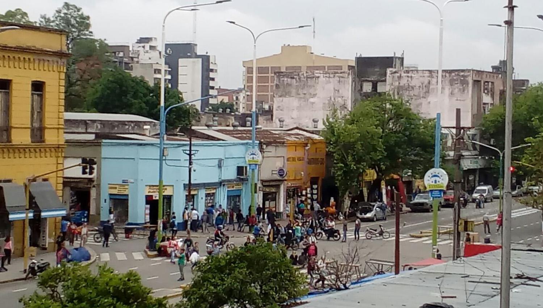 Los autos y ómnibus debieron realzar largos desvíos para evitar el piquete en El Bajo. FOTO ENVIADA A LA GACETA VÍA WHATSAPP