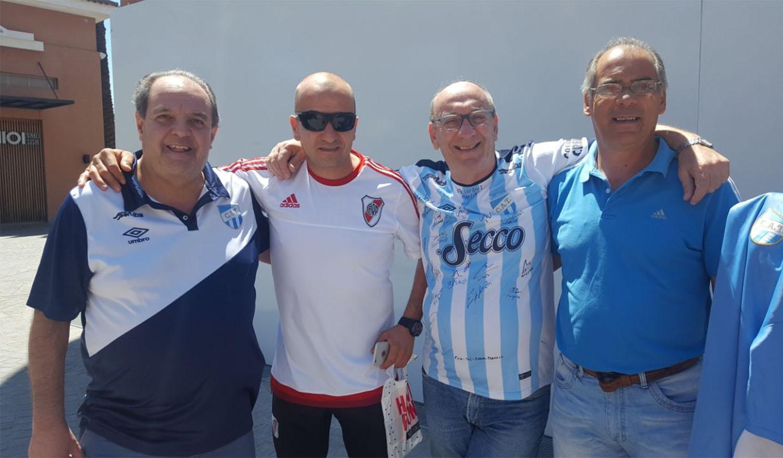 Gestos de los hinchas de Atlético y River para que la rivalidad no llegue a enfrentamientos