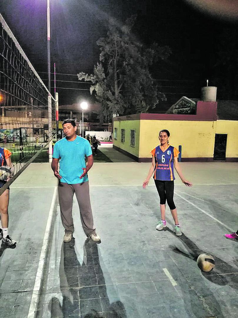 """PARA IMITAR. """"Martita"""" junto a su entrenador Daniel Rey. El DT destacó el ímpetu de la dama que juega de central."""