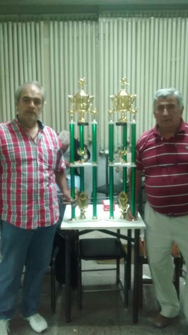 LOS CAMPEONES. Raúl Lobo (izquierda) y Eduardo Larrosa muestran sus trofeos.