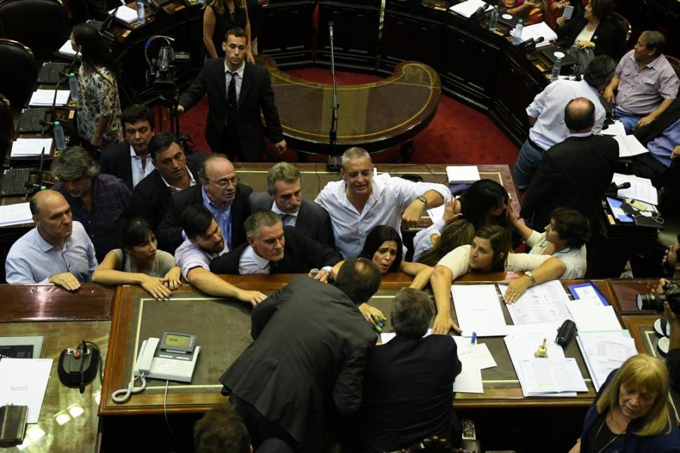 UN JUEVES A LOS GRITOS Y A LAS TROMPADAS. Diputados opositores increpan al titular de la Cámara Baja, Emilio Monzó, que luego reaccionará con frenesí. TÉLAM