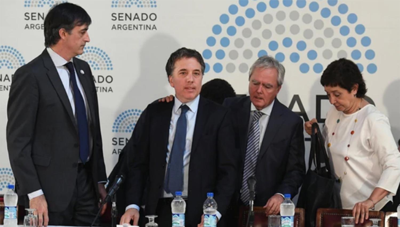 El ministro de Hacienda, Nicolás Dujovne, flanqueado por los senadores Esteban Bullrich, Federico Pinedo y la tucumana Beatriz Mirkin. FOTO TOMADA DE INFOBAE.COM