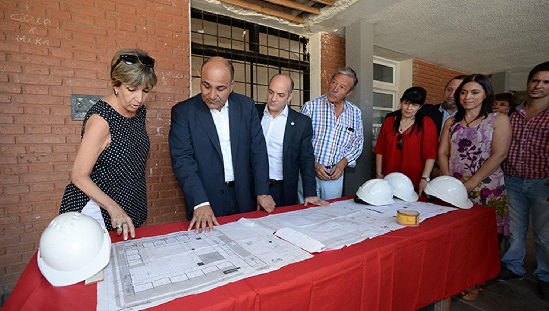 RECORRIDA. Las autoridades de la escuela Ricardo Gutiérrez le muestran a Manzur el avance de las obras edilicias en la institución. FOTO TOMADA DE COMUNICACIONTUCUMAN.GOB.AR