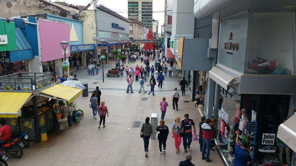 DOMINGO DISTINTO. Numerosos tucumanos aprovecharon que abren los comercios y salieron a ultimar las compras durante la mañana de hoy.