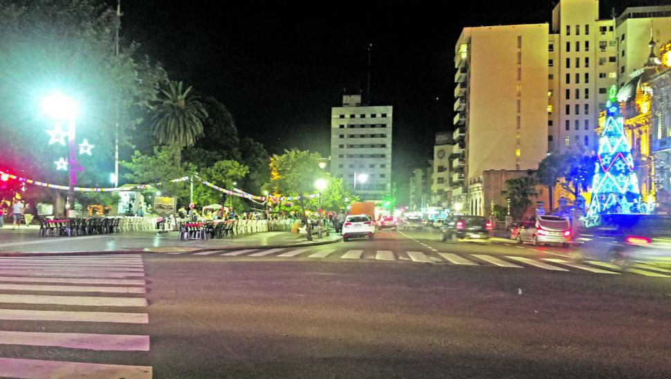 La plaza Independencia se vistió de fiesta para albergar más de un millar de tucumanos en la Nochebuena