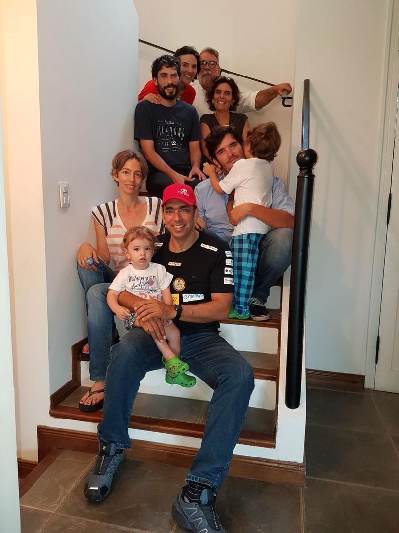 DESPEDIDA. Ricardo recibió la visita de su familia antes de embarcarse.