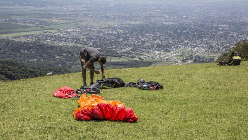 Los parapentes vuelven a volar después de la tragedia de Loma Bola