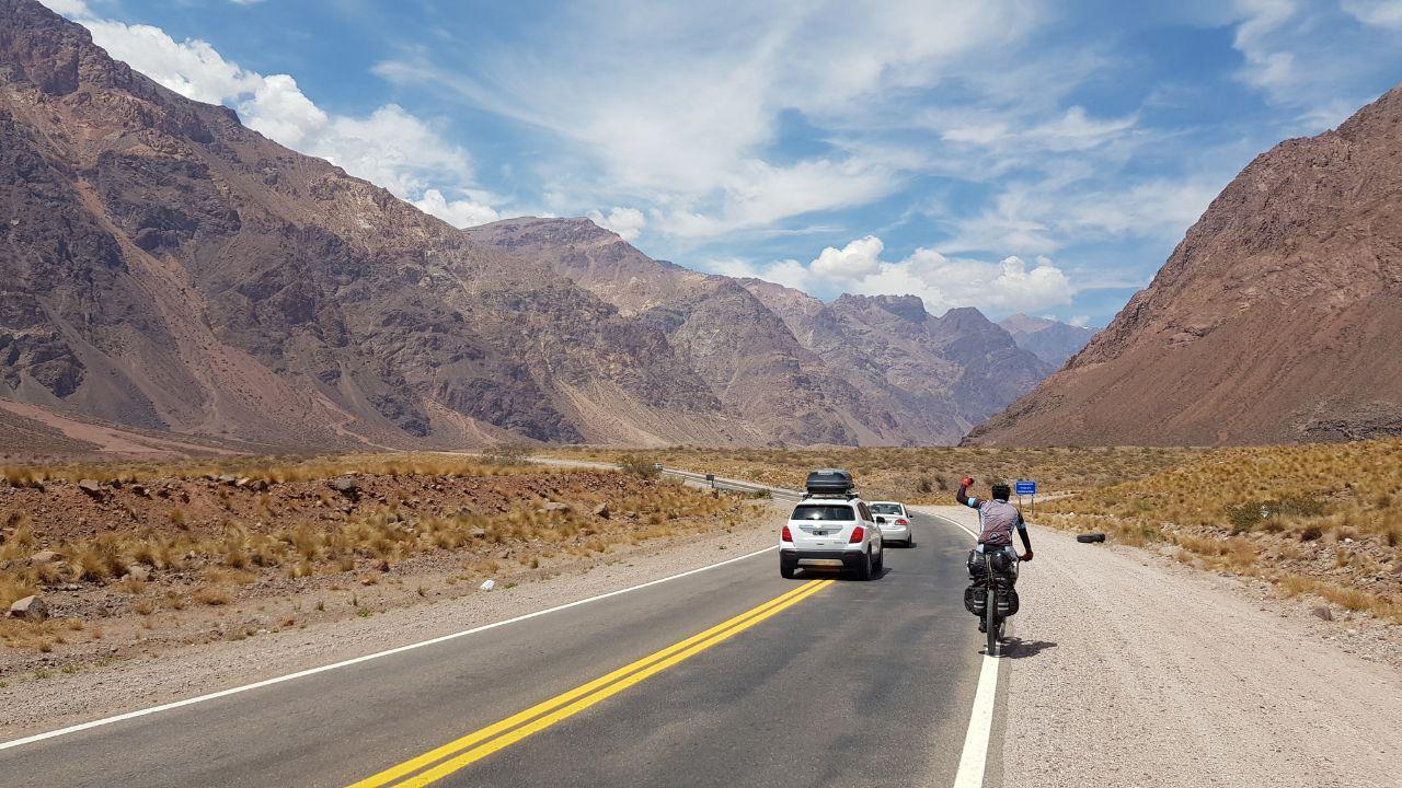 La hazaña de dos tucumanos: cruzaron la Cordillera de los Andes en bicicleta