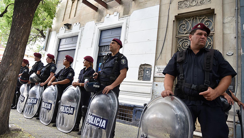 OPERATIVO. La Policía, frente a una de las sedes de la Uocra. TÉLAM