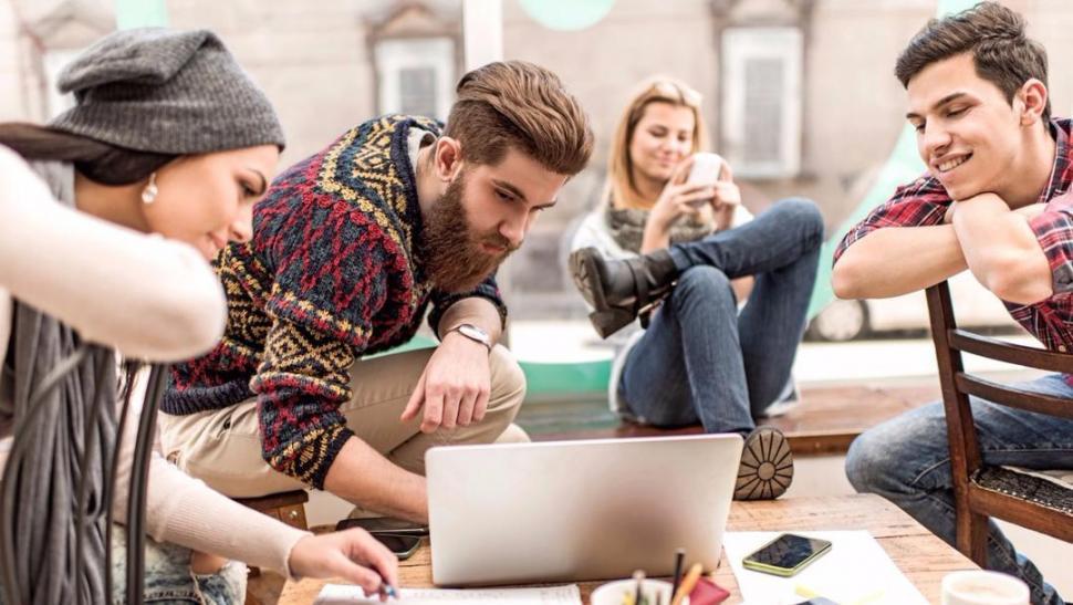 HÁBITOS. Cuanto más jóvenes son, menos interés por adquirir un bien tienen; la ecuación se invierte a medida que se superan los 30 años de edad. eldiariodelarepublica.com