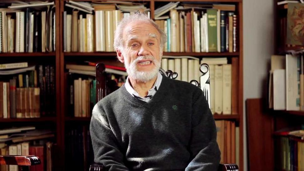 EN SU BIBLIOTECA. El historiador del arte encara una autobiografìa parcial, de lecturas e interpretación de imágenes.