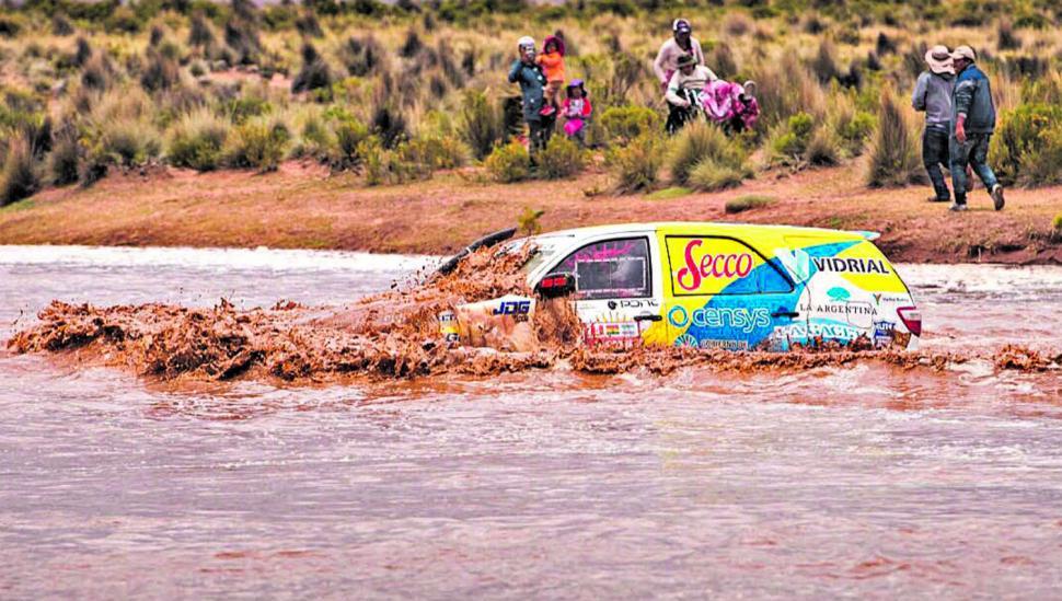 Los ríos crecidos no fueron obstáculos para Neme y su camioneta