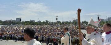 """Ocho miradas escrutan  la """"no visita""""papal"""