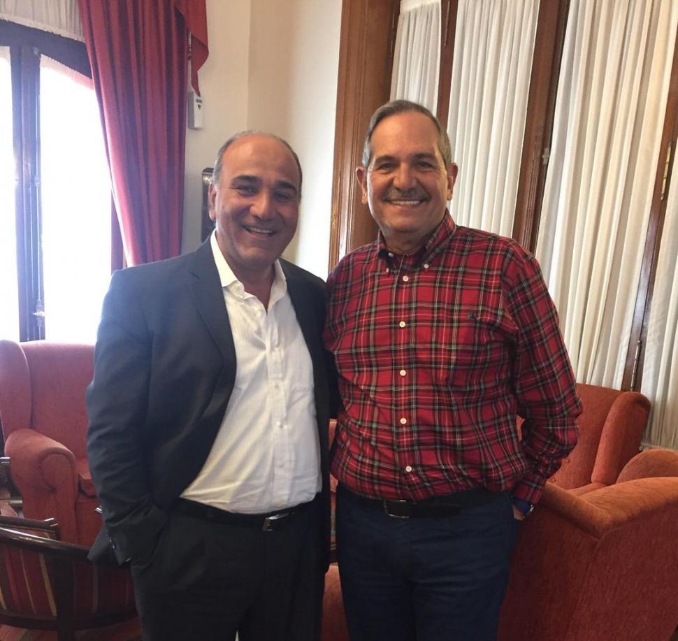 SIN CORBATAS. En verano el protocolo se relaja. En una oficina del Ejecutivo, Manzur y Alperovich se retratan. TWITTER / @JalperovichOK