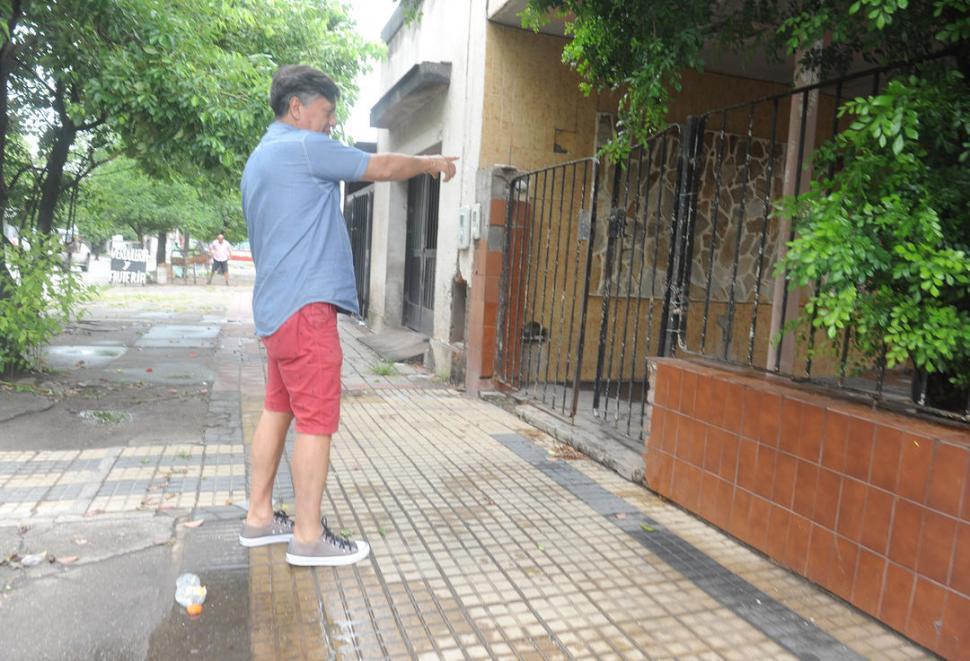 CON TOTAL IMPUNIDAD. Los delincuentes rompieron el candado de la verja y forzaron la puerta principal. la gaceta / foto de antonio ferroni