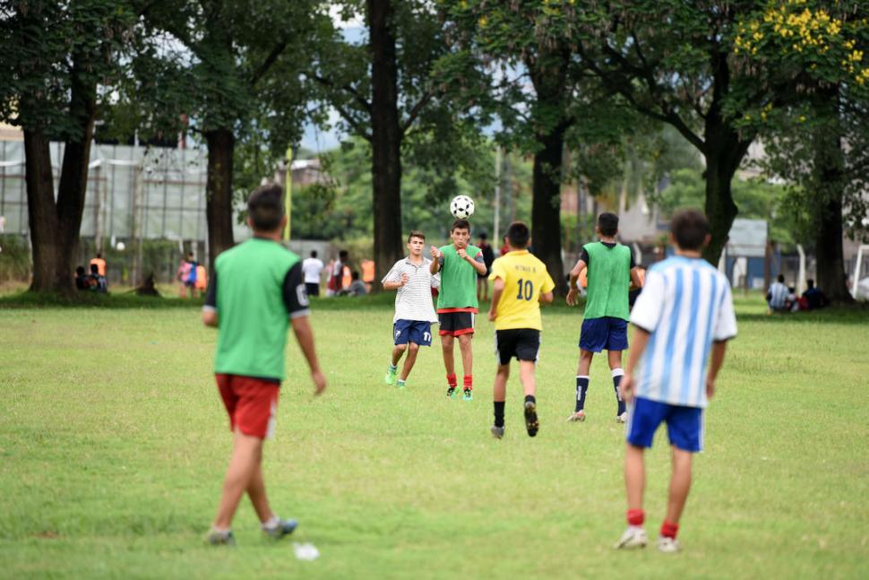 """TODA LA ILUSIÓN. Cerca de 180 chicos concurrieron por día con la expectativa de sumarse a los planteles de los """"Santos"""". la gaceta / foto de diego aráoz"""