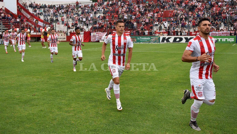 A LA CANCHA. Los Santos regresarán a la competencia el domingo, a las 18, ante Los Andes. ARCHIVO LA GACETA / FOTO DE INÉS QUINTEROS ORIO