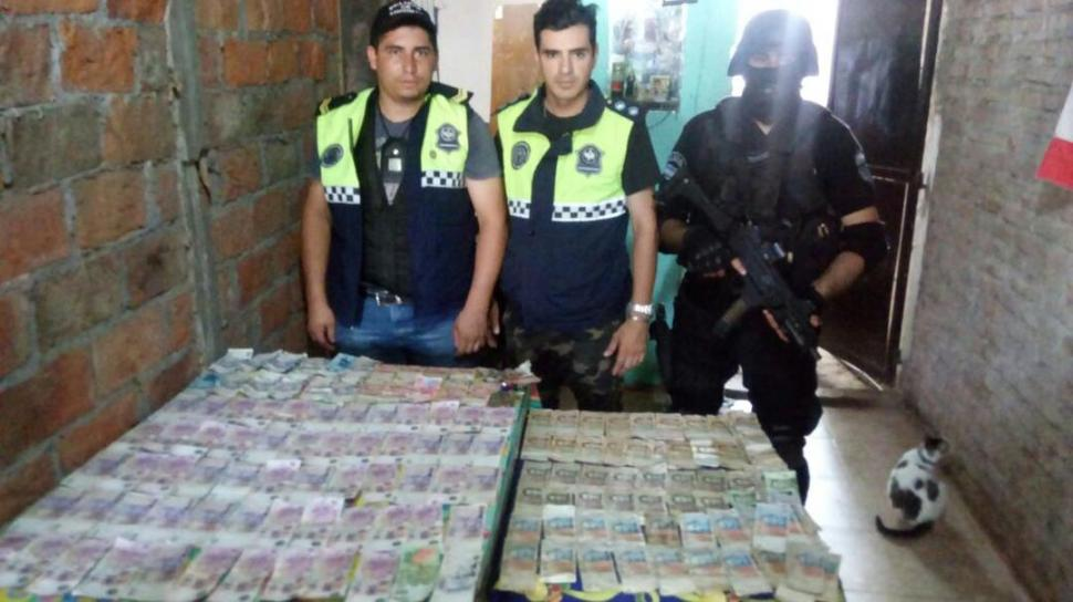 TODO EL SECUESTRO. Los policías exhiben el dinero en efectivo y la droga que incautaron en San Cayetano.
