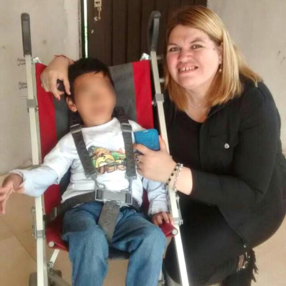 CON EL NIÑO. La imagen muestra a Alzogaray con quien sería el hijo de la beneficiaria de una casa del IPV.