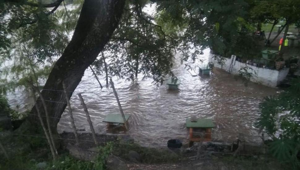 La crecida del río Loro impedirá el acceso a sectores de El Cadillal
