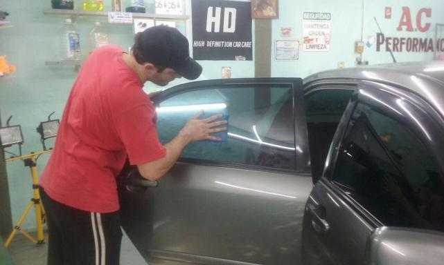 89f870f3ea En los talleres cada vez más clientes piden tonalizar los vidrios de sus  vehículos. FOTO GENTILEZA aLVARO cASTRO ...