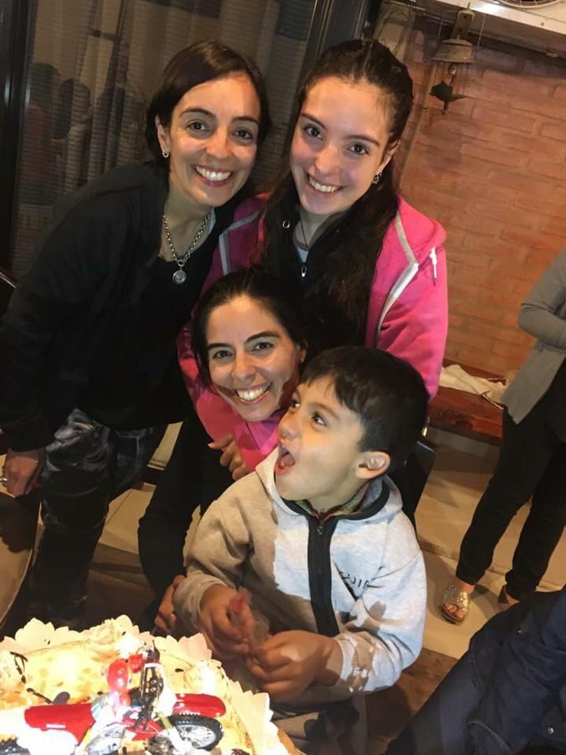 FAMILIERA. Noe junto a su hermana Antonella y sus sobrinos Araceli y Bautista