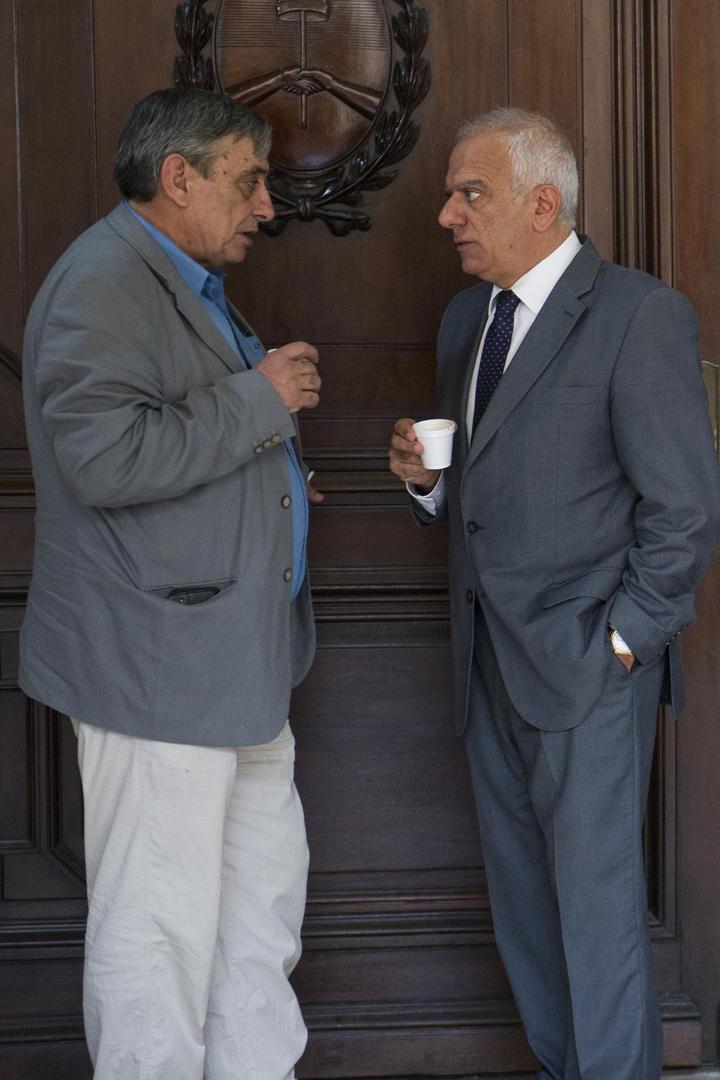 UN CAFÉ PARA MITIGAR LA ESPERA. Alberto Lebbos y Emilio Mrad dialogan en la puerta de la sala durante un cuarto intermedio. la gaceta / foto de jorge olmos sgrosso