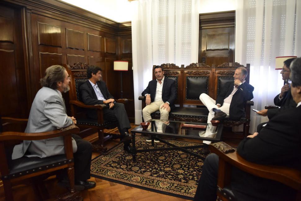 EN LA GACETA. El embajador Magariños vino a nuestro diario en compañía de Neme. Fue recibido por el gerente general de la empresa, José Pochat. la gaceta / foto de osvaldo ripoll