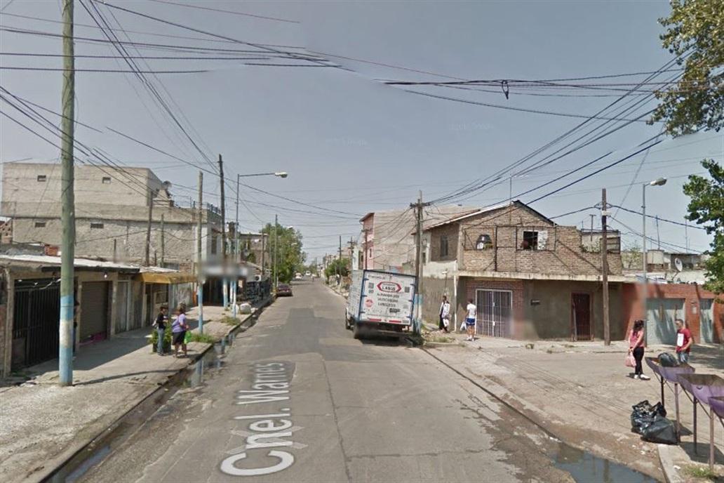 La agente fue interceptada en el cruce de calles Coronel Warnes y Loma Valentina, en el barrio de Lanús. FOTO TOMADA DE LANACIÓN.COM.AR