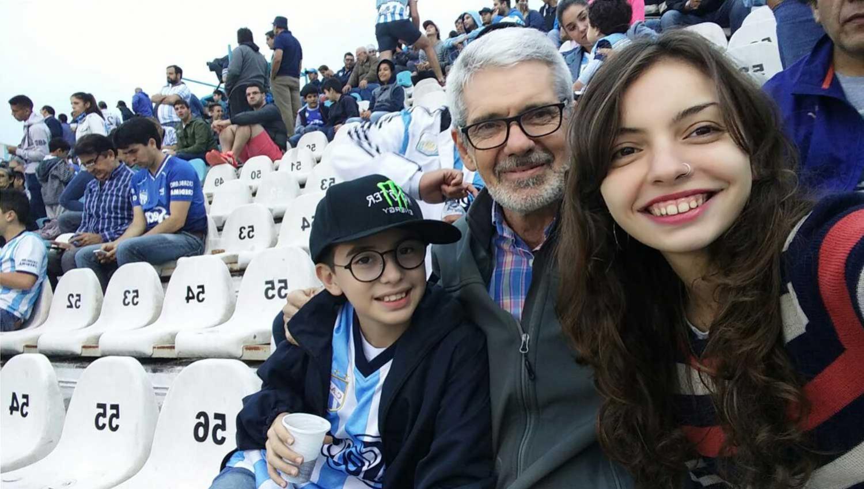 SELFIE FAMILIAR. A veces la pasión vale el esfuerzo, según reconoce Pablo Molina, que llevó a sus hijos a la cancha. (gentileza flia. Molina)