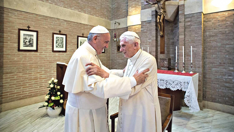 CON BENEDICTO. Francisco, en enero, con su antecesor. El Vaticano negó un reporte de salud sobre Ratzinger.